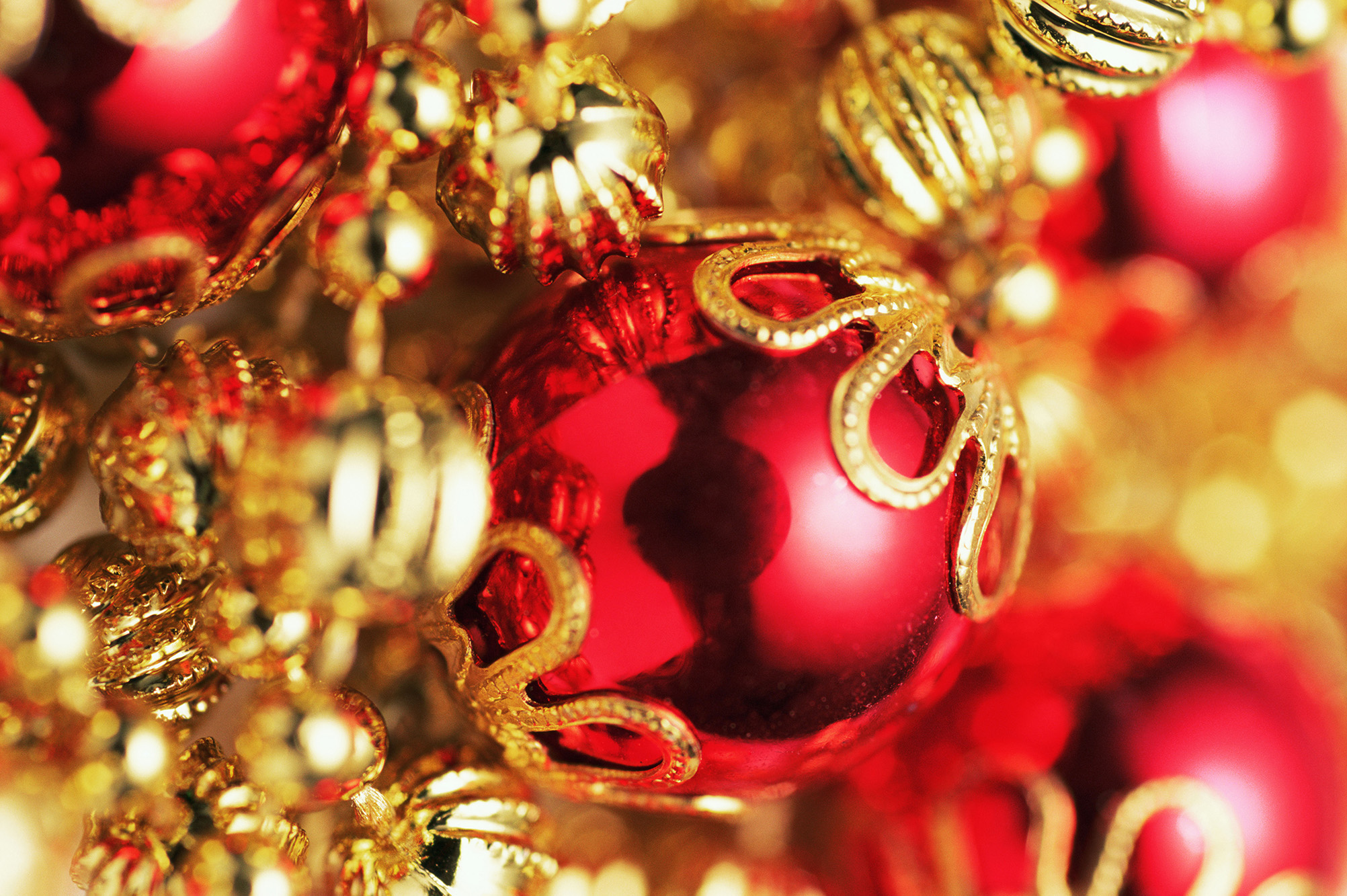 christmas_red_golden_ball_highdefinition_picture_1.jpg